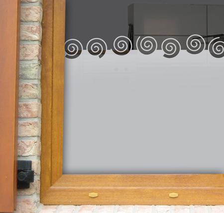 Fensterfolie mit Spiralenbordüre