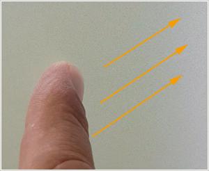 Folienfalte mit Finger andrücken