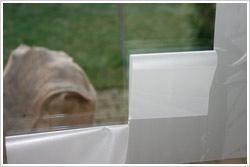 Folienstreifen langsam von der Glasfläche entfernen
