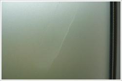Milchige Flecken in der Glasdekorfolie